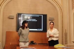 Noelia Pérez haciendo su exposición